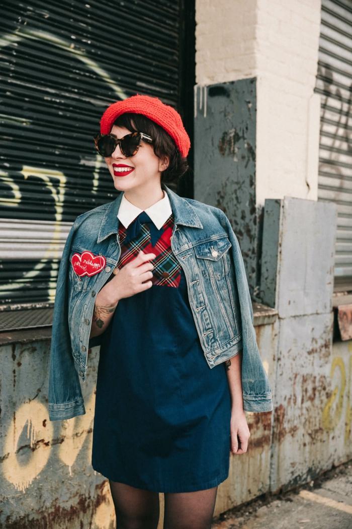 robe droite avec motifs carrés,, veste denim, béret rouge, lunettes de soleil, collant noir fin, deguisement guinguette