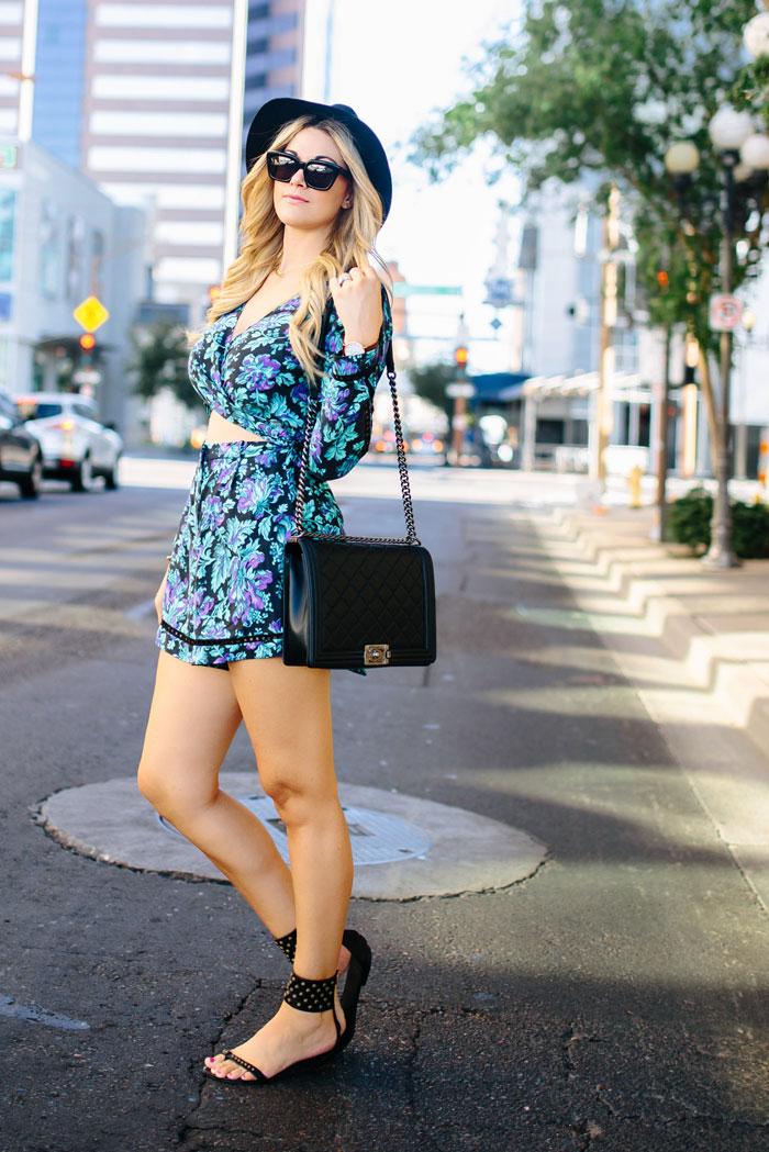 Quelle combinaison femme style décontracté chic choisir, une combinaison de vacances ou pour mariage champetre chic avec autres accessoires, sac à main cuir, lunettes et chapeau de soleil