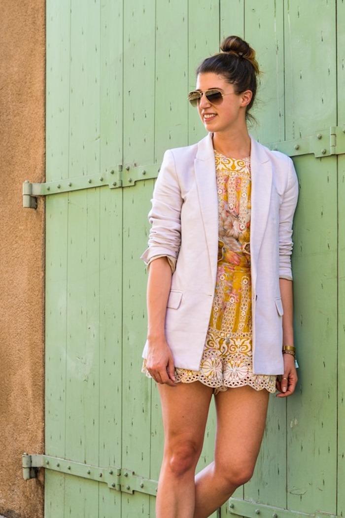 Combishort femme été, combishort habillée jaune fleurie, combishort femme chic style original, veste blanche, tenue de ville