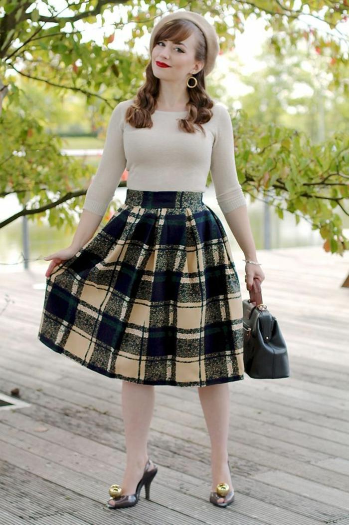 look année 50, jupe mi longue carreaux, blouse blanc cassé, béret beige, escarpins rétro