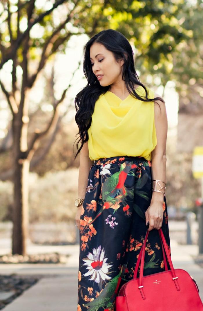 jupe évasée d'été, prints floraux, top jaune fluide, sac à main rouge