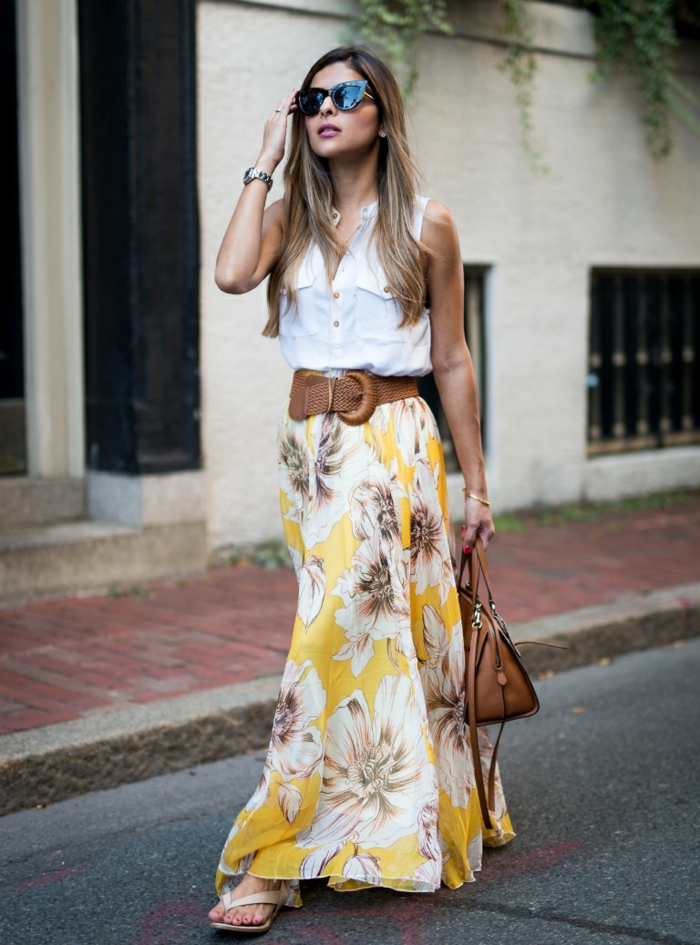 jupe longue florale, ceinture marron, shirt blanc, sac en cuir, lunettes tendance