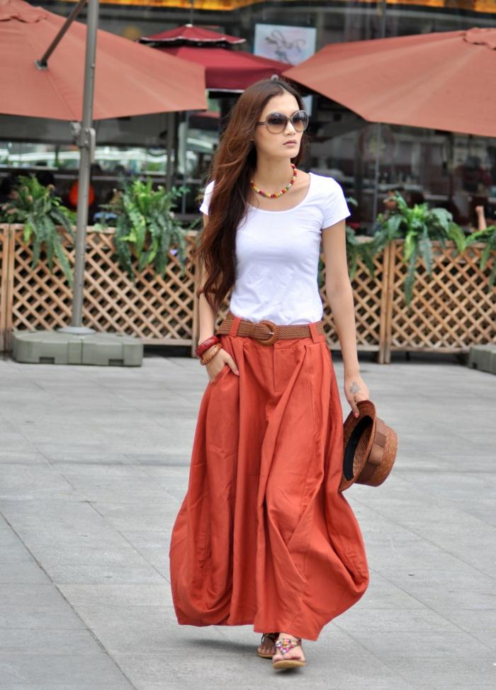 jupe ballon avec ceinture marron, tee-shirt blanc, collier ethnique, chapeau périphérie