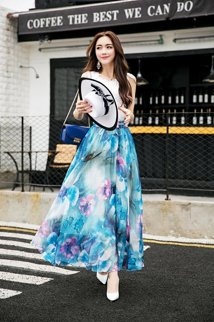 tenue de femme moderne, jupe taille haute évasée, motifs floraux, pochette bleue
