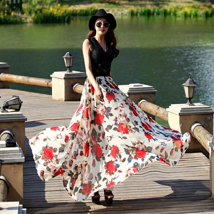 adopter la jupe lo,gue boheme, prints floraux, sandales plateformes, débardeur noir, chapeau noir