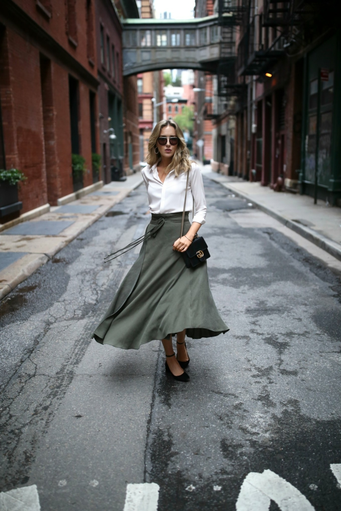 chemise blanche ample, jupe midi-longue, escarpins noirs, sac portée épaule