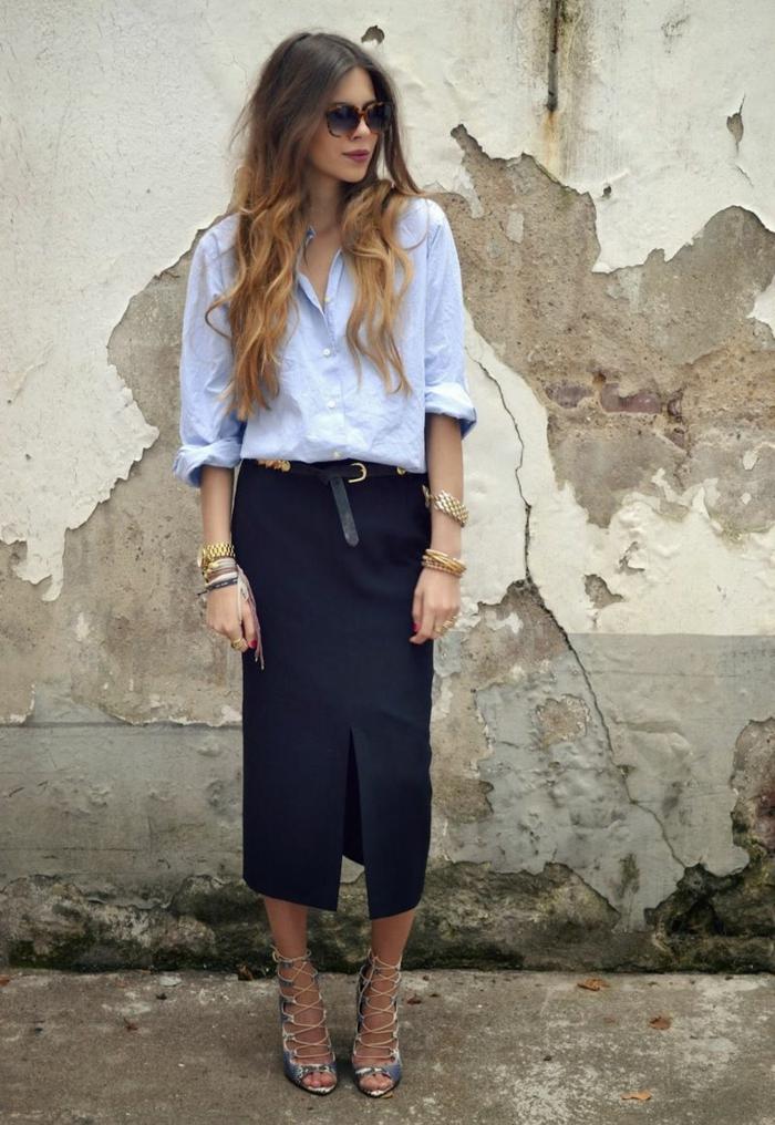 sandales hautes avec lacets, jupe fendue longue, chemise bleue, bijoux subtils