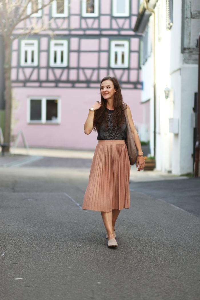 jupe rose cendré midi-longue, chaussures plates élégantes, top noir