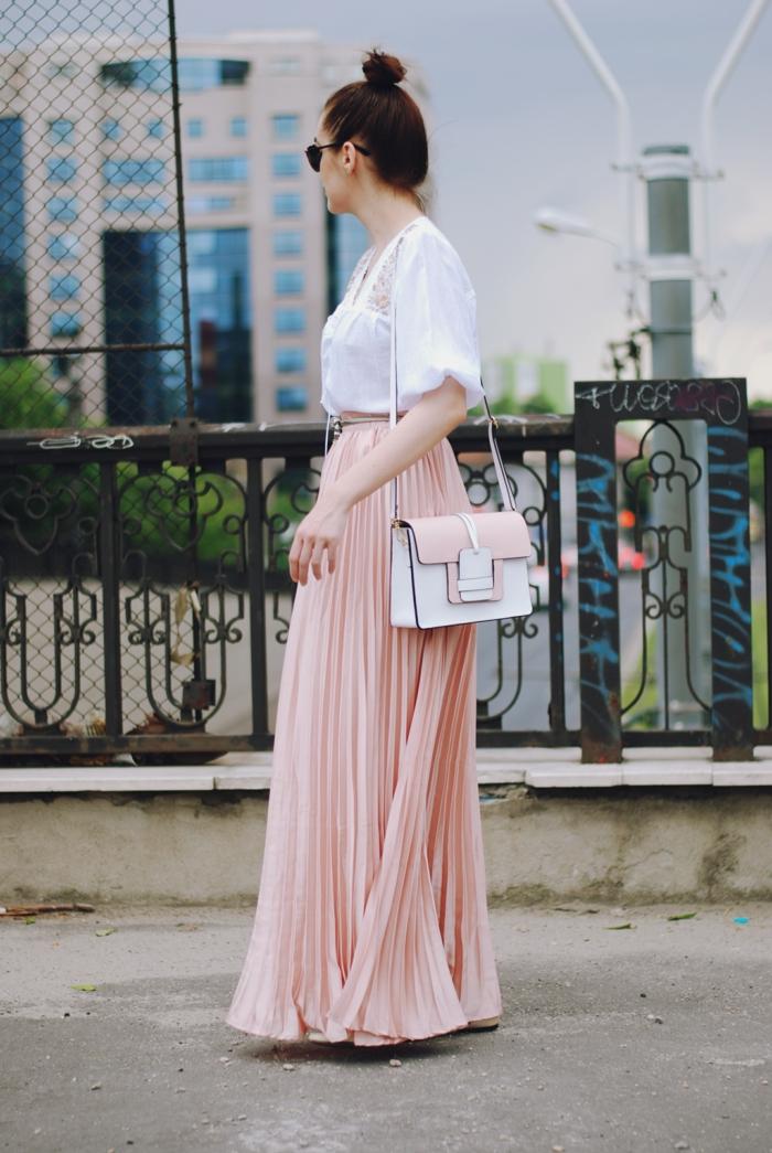 jupe logue taille haute, jupe en couleur rose, sac blanc satchel, chemise blanche