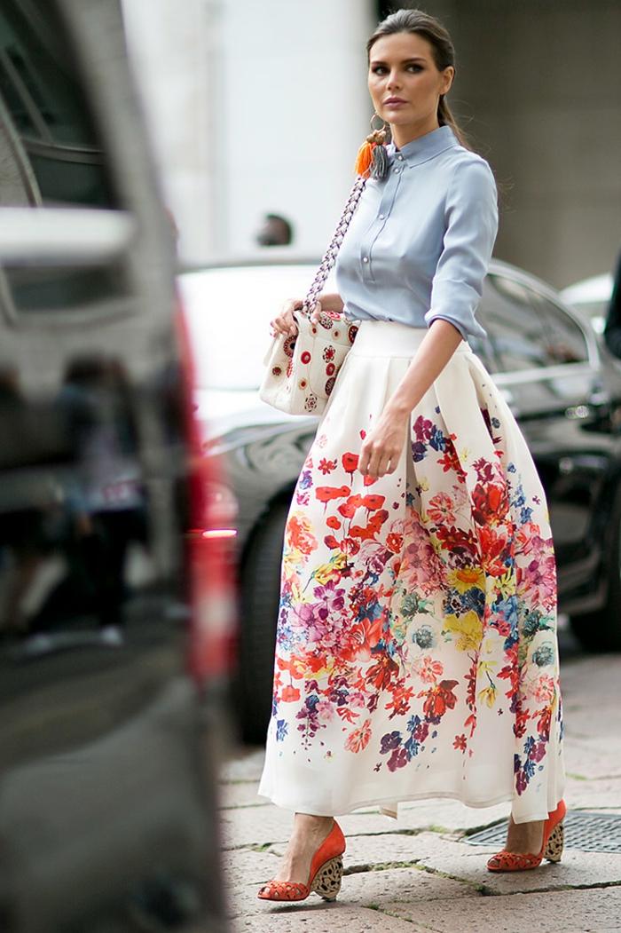 jupe taille haute évasée, prints floraux, chemise denim stylée, sac aux imprimés floraux
