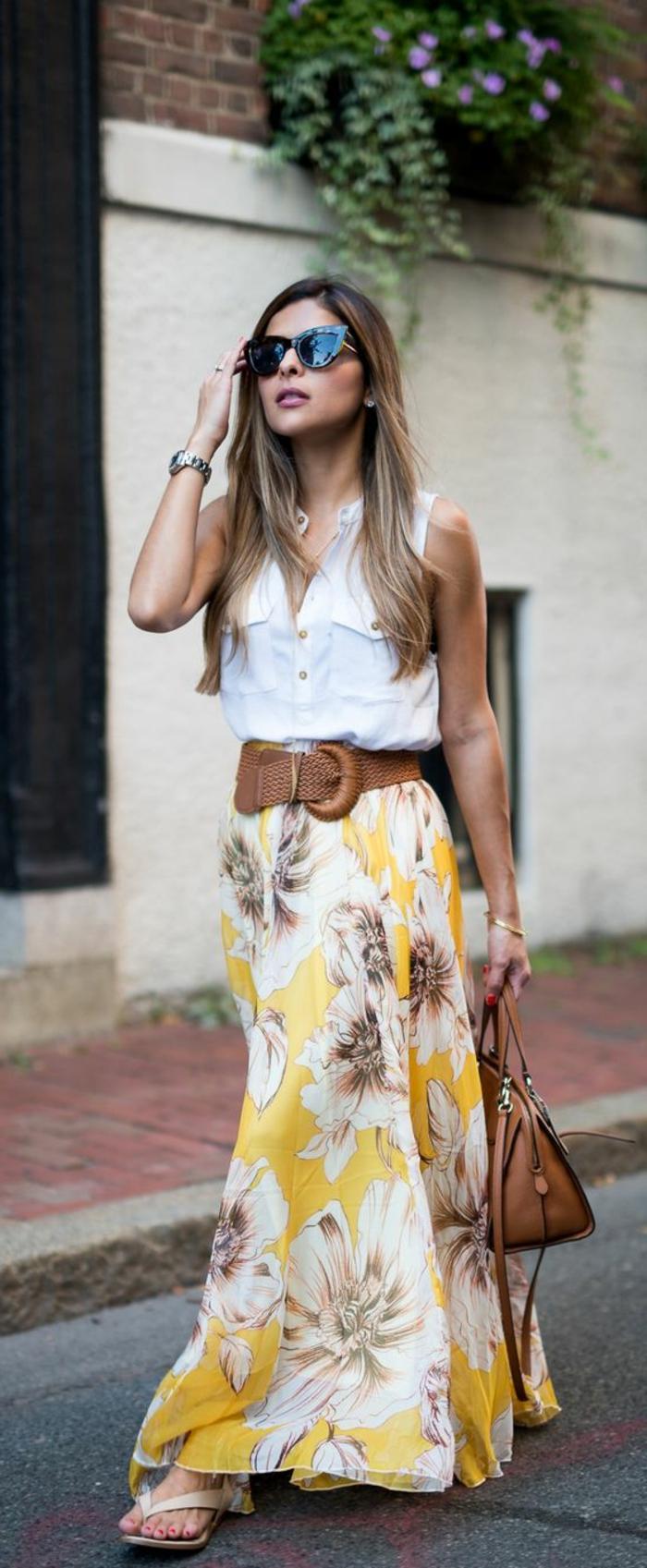 grande ceinture en cuir, sac en cuir, chemise blanche, jupe longue taille haute prints floraux