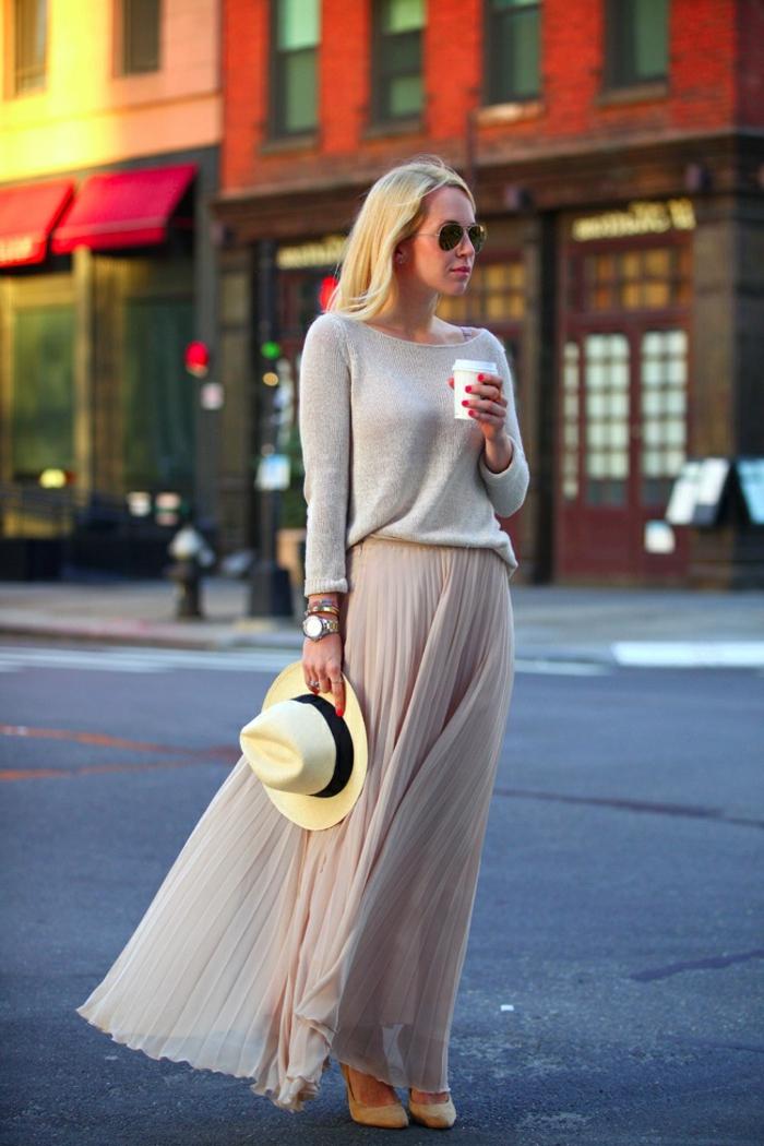 jupe patineuse plissée, longue en rose pâle, pull gris, chapeau à périphérie