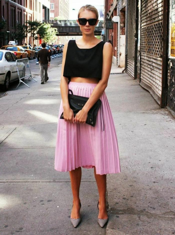 escarpins tendance, top noir, jupe patineuse taille haute, sac noir, tenue femme classique