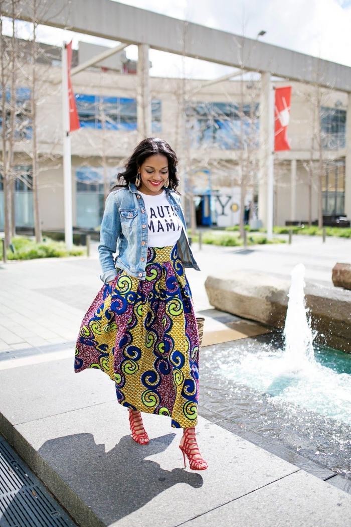 allure chic et féminine en jupe wax maxi assortie avec un t-shirt à message imprimé et une veste en jean