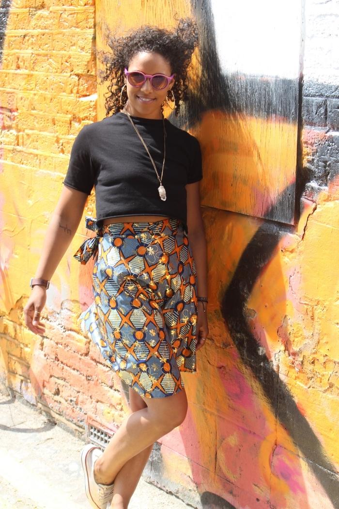 look décontracté en jupe wax à taille haute à motifs gris et orange, combinée avec un simple t-shirt noir