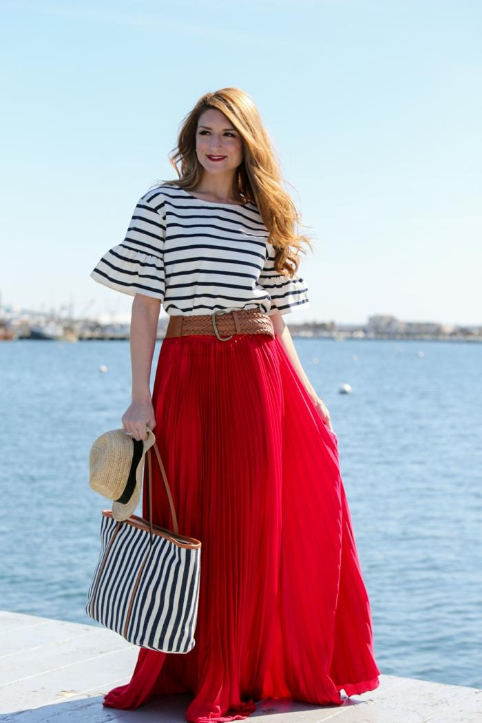 tee-shirt marinière et jupe longue rouge, sac rayures, chapeau d'été, ceinture marron