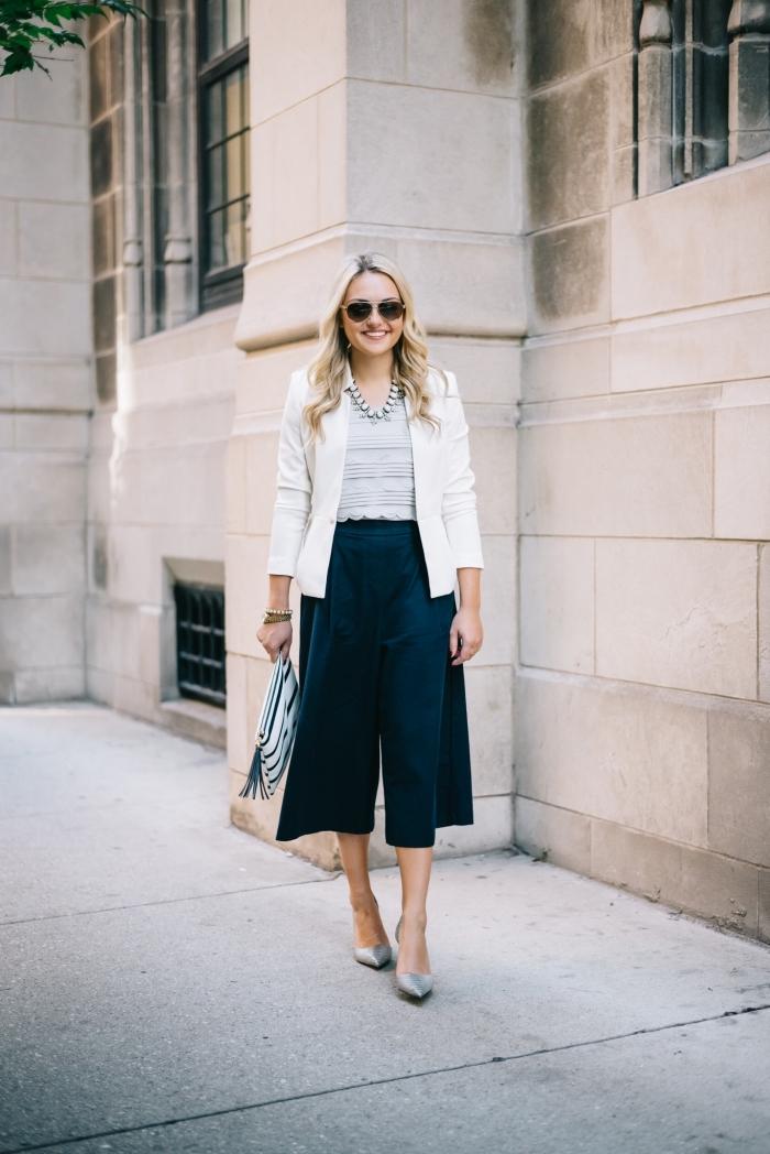 vision smart casual pour femme en pantacourt femme bleu foncé combiné avec blazer blanc et chaussures gris clair