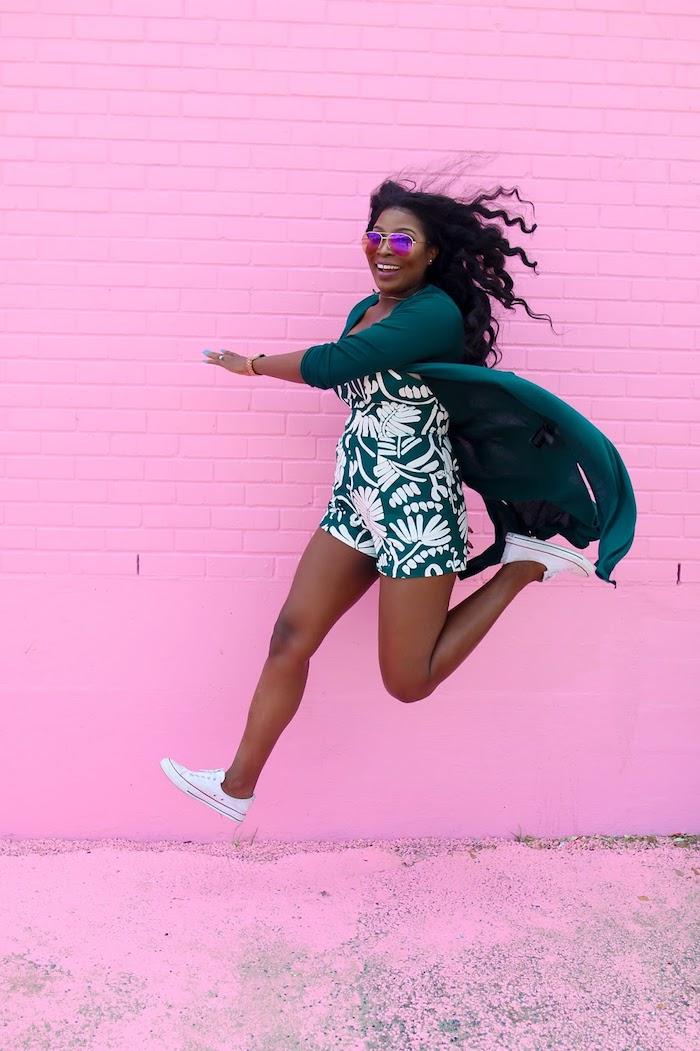 Combishort femme chic de chez hm, combinaison mariage vert fleurie, idée comment s'habiller aujourd'hui, belle photo joviale contre un mur rose