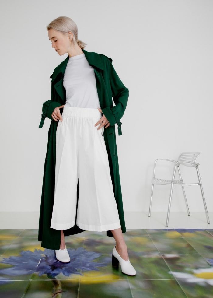 exemple de pantalon fluide de longueur au-dessus de cheville combiné avec top blanc et manteau long de couleur vert foncé
