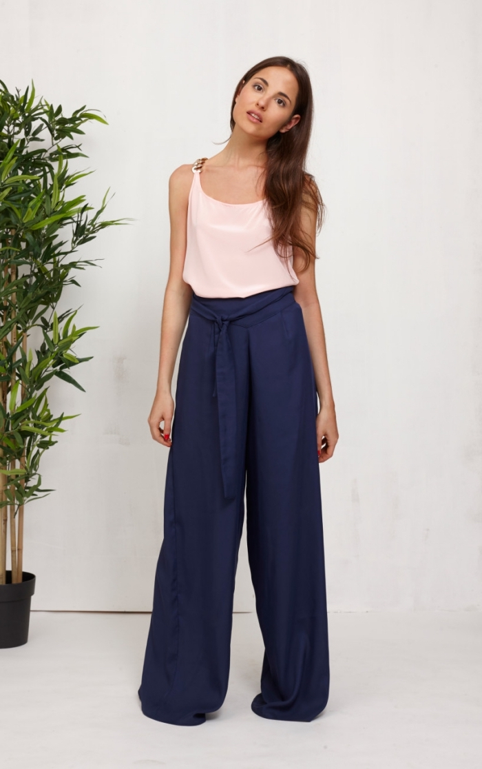 tenue femme en pantalon fluide de couleur bleu mariné avec ceinture et top avec bretelles de couleur rose pastel
