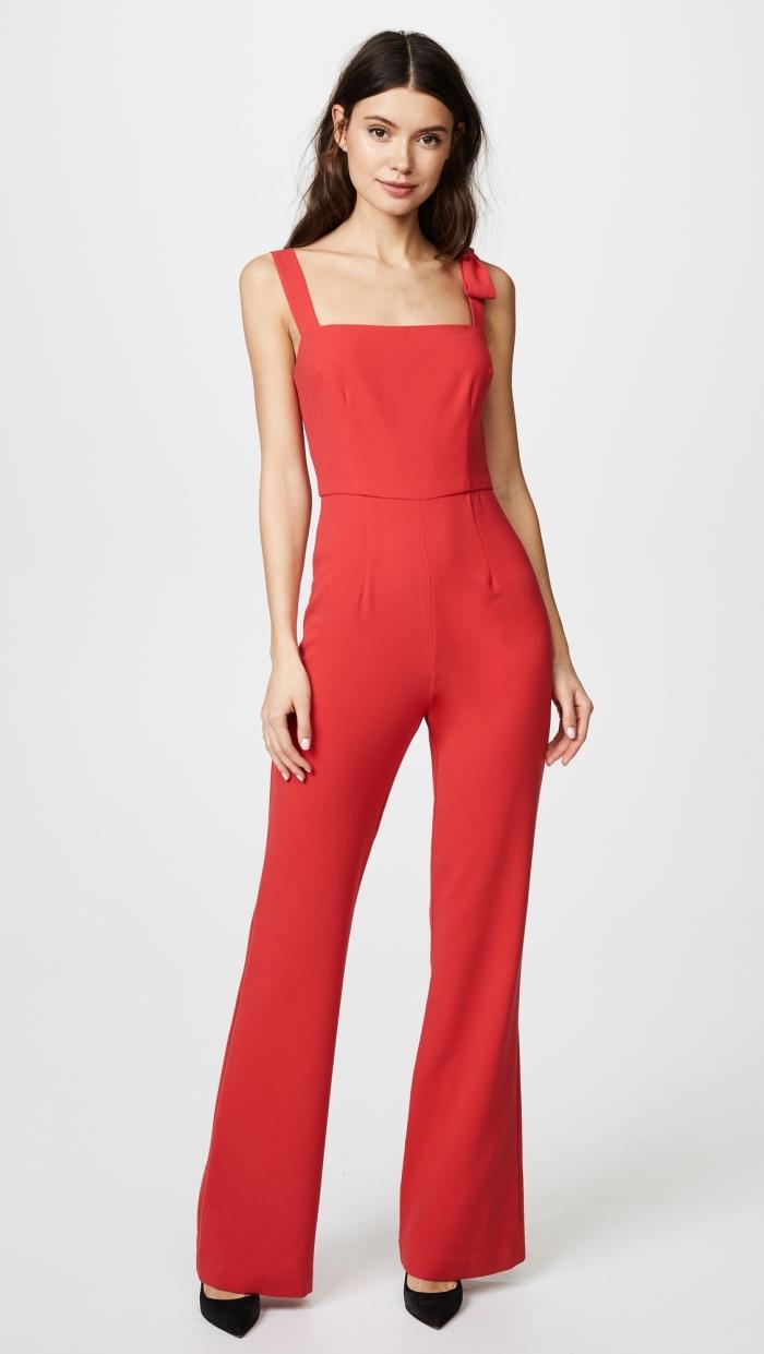 modèle de combipantalon rouge avec bretelle combinée avec chaussures hautes de couleur noire, exemple tenue habillée pour mariage