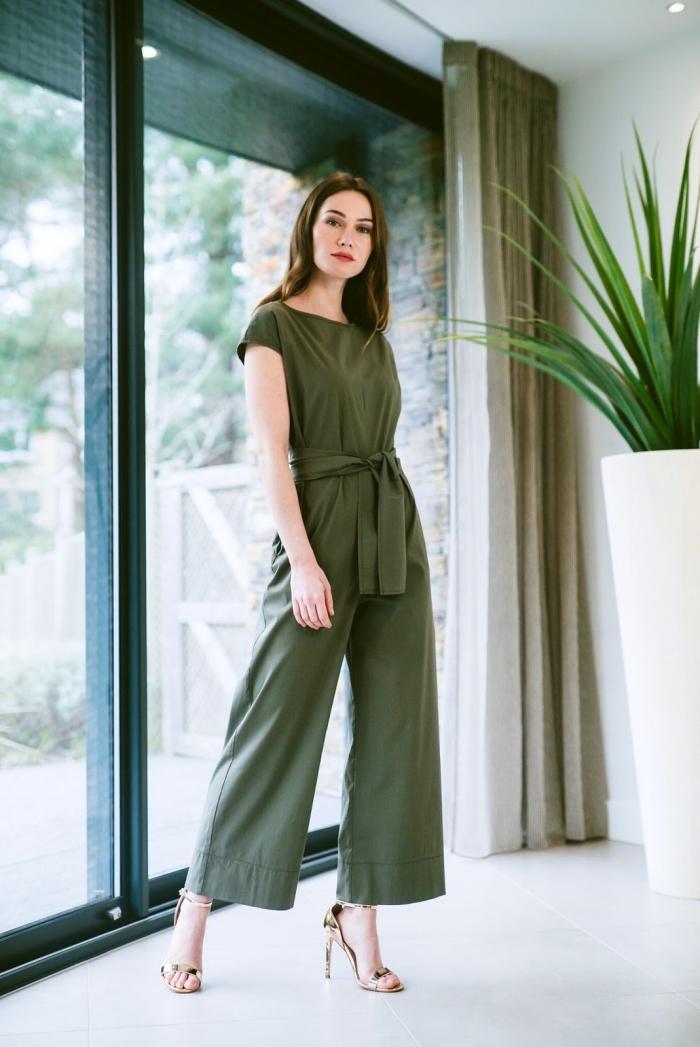 combinaison femme chic de couleur vert kaki aux manches courtes avec ceinture combinée avec paire de sandales or