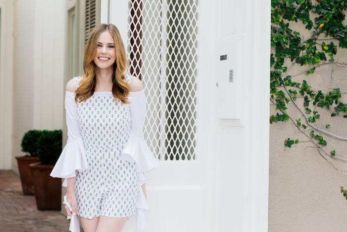 S'habiller bien en été, combinaison blouse blanche par dessous, combinaison mariage, idée tenue soiree combishort et blouse avec manche fluide