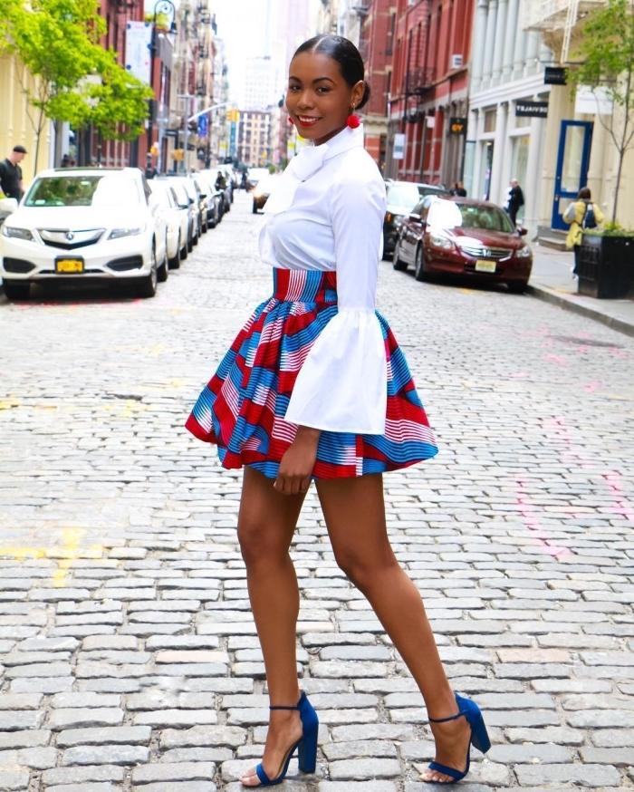 comment porter la jupe en tissu africain, vision chic en chemise blanche aux manches évasées assortie avec une mini-jupe évasée à taille haute et des sandales à talons hauts bleu roi