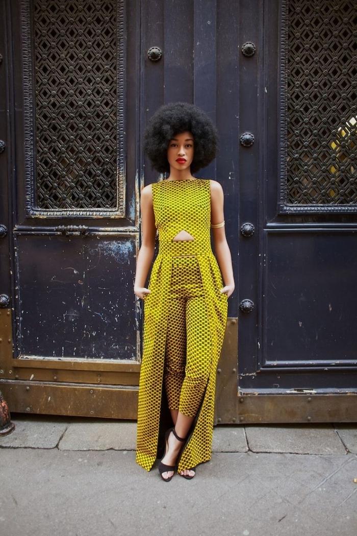 la mode africaine au goût du jour, vision chic avec une combinaison ocre jaune près du corps avec traîne, en tissu wax original