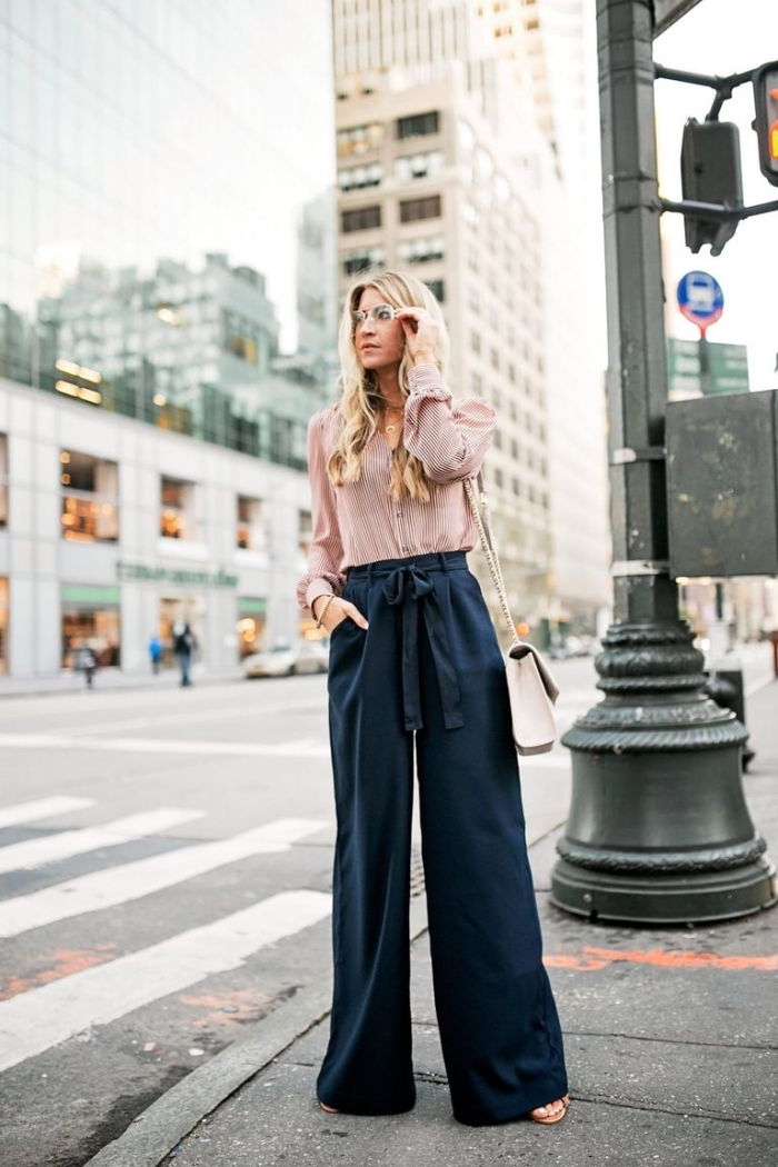 idée comment assortir un pantalon taille haute femme de couleur foncée avec un top de nuance rose pastel et sandales plates