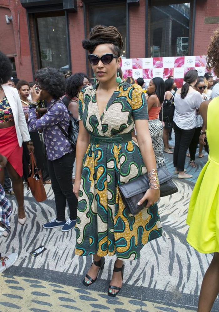 une robe africaine moderne portée avec ceinture qui valorise la taille pour une silhouette féminine et rétro chic