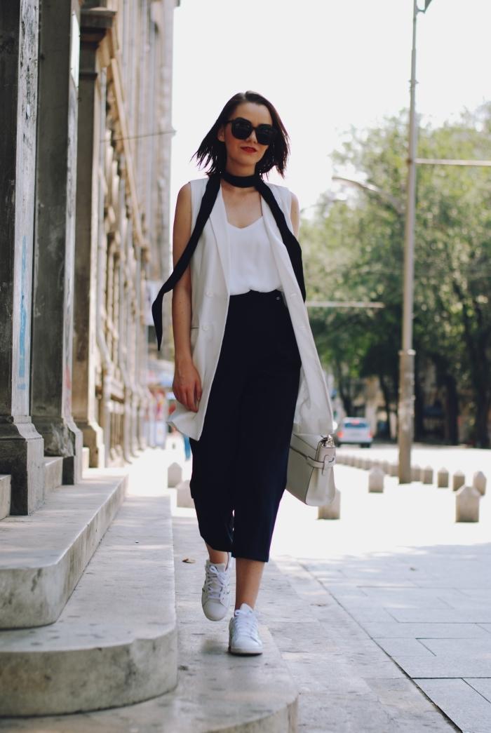 tenue blanc et noir élégante en pantacourt femme de couleur noire et top blanc à décolleté en V avec écharpe longue