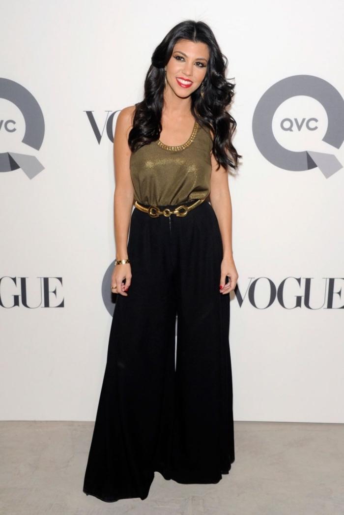 modèle de top glamour de couleur kaki porté avec pantalon femme taille haute chic en noir et bijoux en or bagues et bracelets