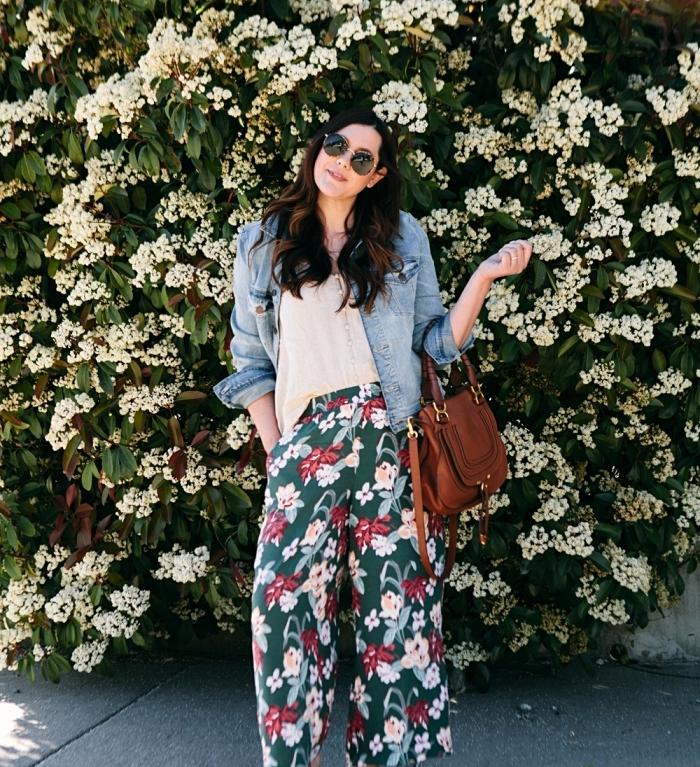 idée comment bien s'habiller pour l'été en pantalon large vert aux motifs fleuris avec top beige et veste en denim