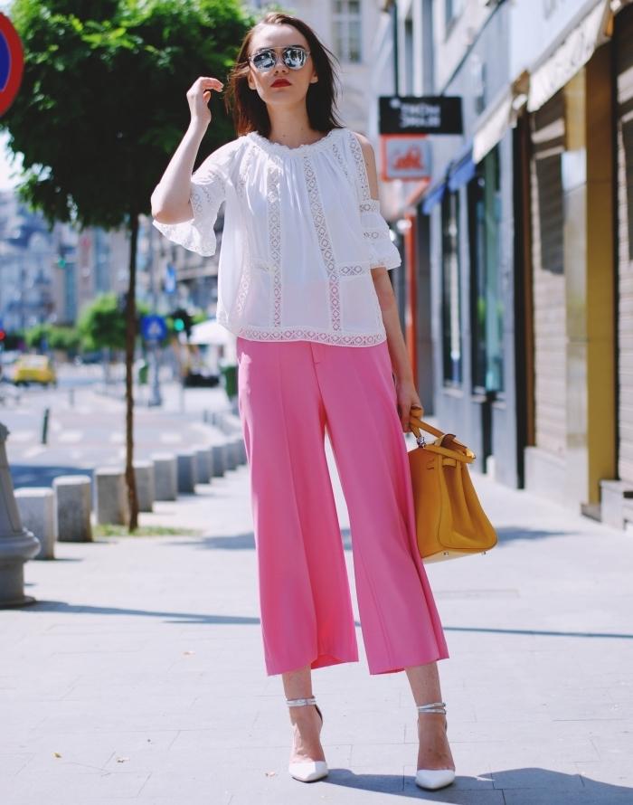 comment assortir pantalon femme taille haute chic en rose avec une blouse blanche et sac à main de cuir jaune