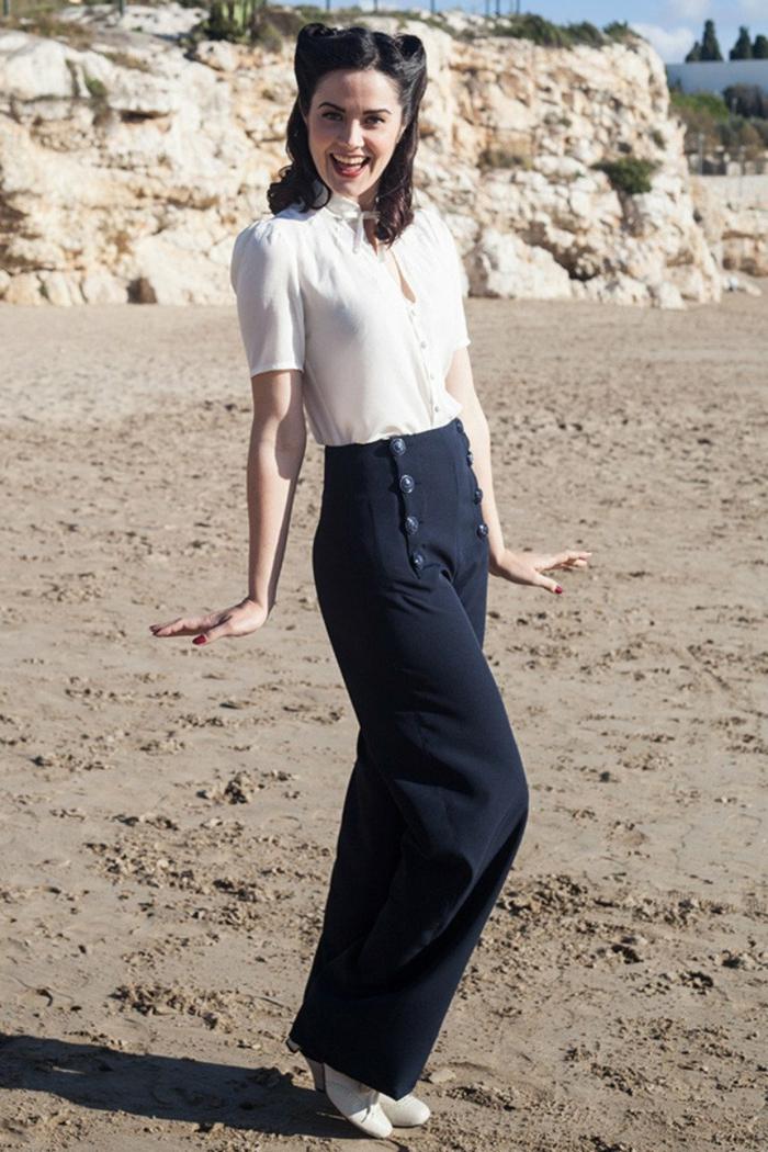 pantalon bleu marin, chemise femme blanche, manches originales, coiffure avec deux rouleaux pin up