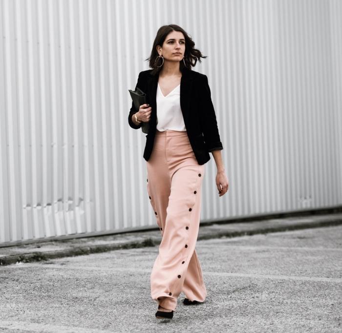 idée comment assortir un pantalon rose pastel à taille haute avec chemise blanche à décolleté et blazer noir pour look élégant femme
