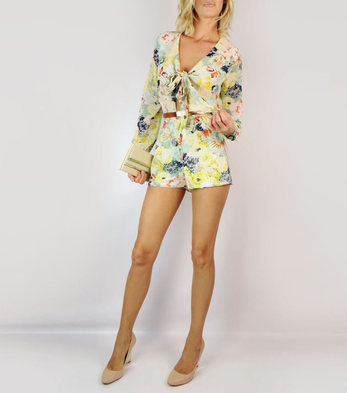 Combinaison mariage à fleurs, combishort blanche fleurie, cool idée tenue boheme chic femme, combishort à styler, différentes accessoires pour différent style