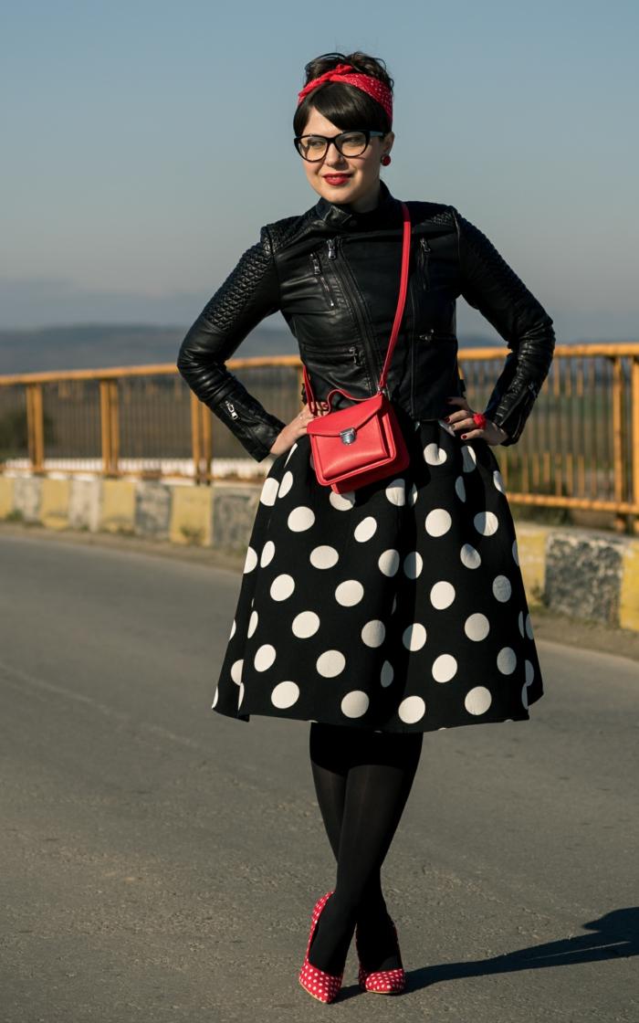 deguisement guinguette, jupe noire à pois, sac rouge, bandeau de cheveux rouge