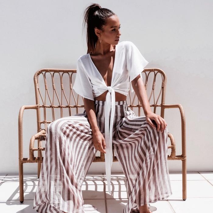 vision boho chic en pantalon fluide femme à design rayé en blanc et beige combiné avec top crop noué en blanc