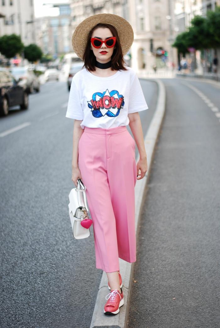 t-shirt blanc aux estampes, pantalon rose, sneakers roses, sac blanc, chapeau en paille, lunettes rouges