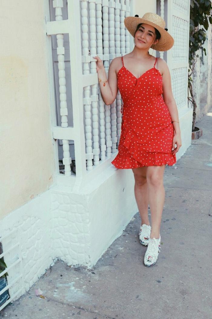 vetement annee 50, robe rouge à pois avec bretelles, sandales blanches, canotier,