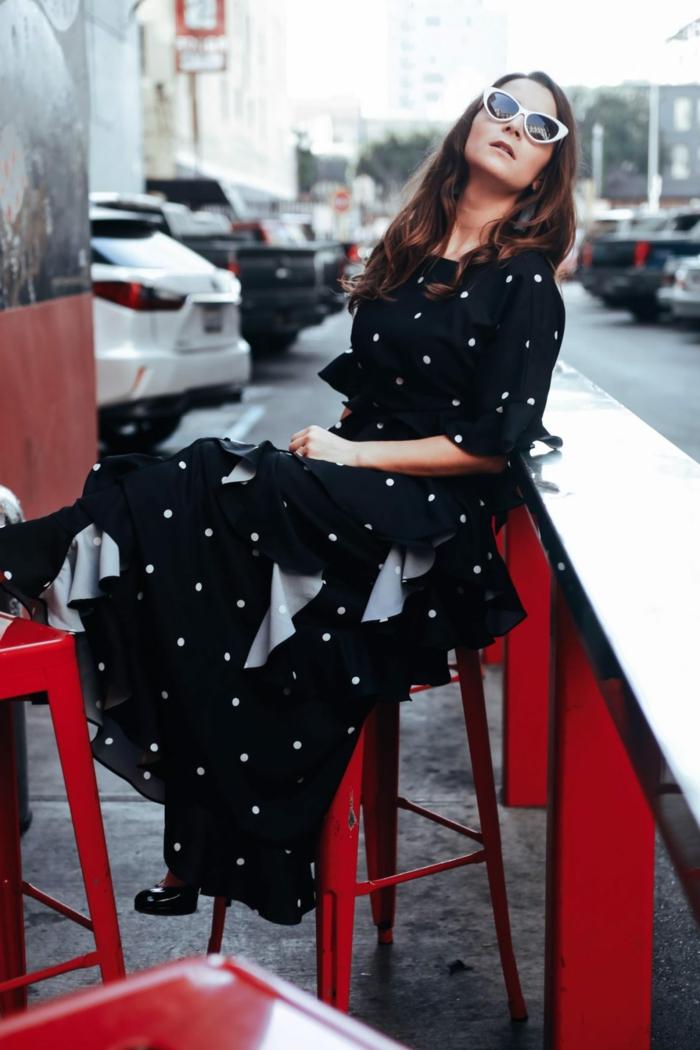 robe noire à pois blancs, lunettes de soleil blanches, chaussures noires laquées