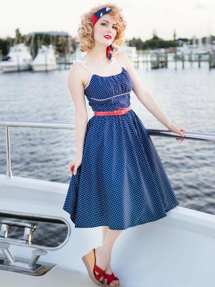 robe guinguette bleue, ceinture marine, cheveux bouclés, bandeau de cheveux en bleu et rouge