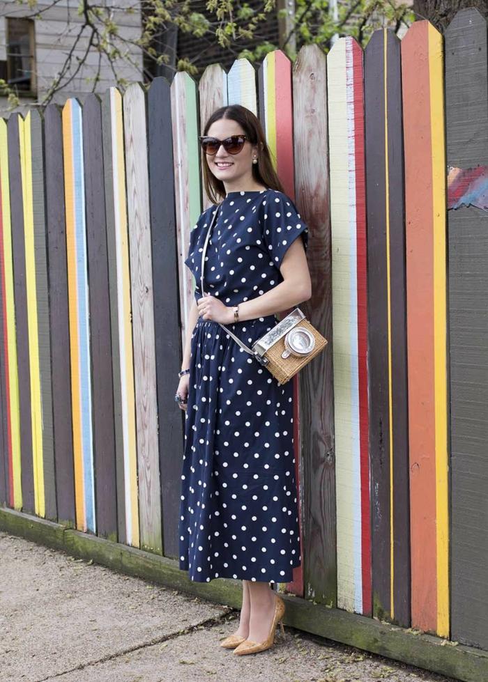 look année 50 chouette, pois blancs, robe guinguette bleue, sac épaule original