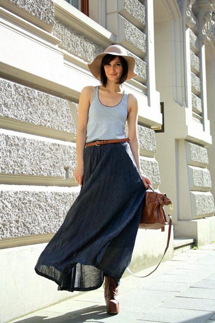 jupe longue d'été, ceinture et débardeur bleu, chapeau d'été, sac marron
