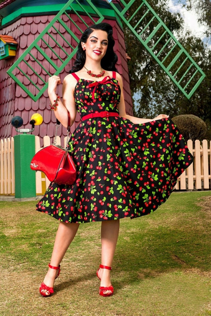 robe pin up aux motif scerises, coiffure pin up, sac rouge, ceinture rouge, robe midi