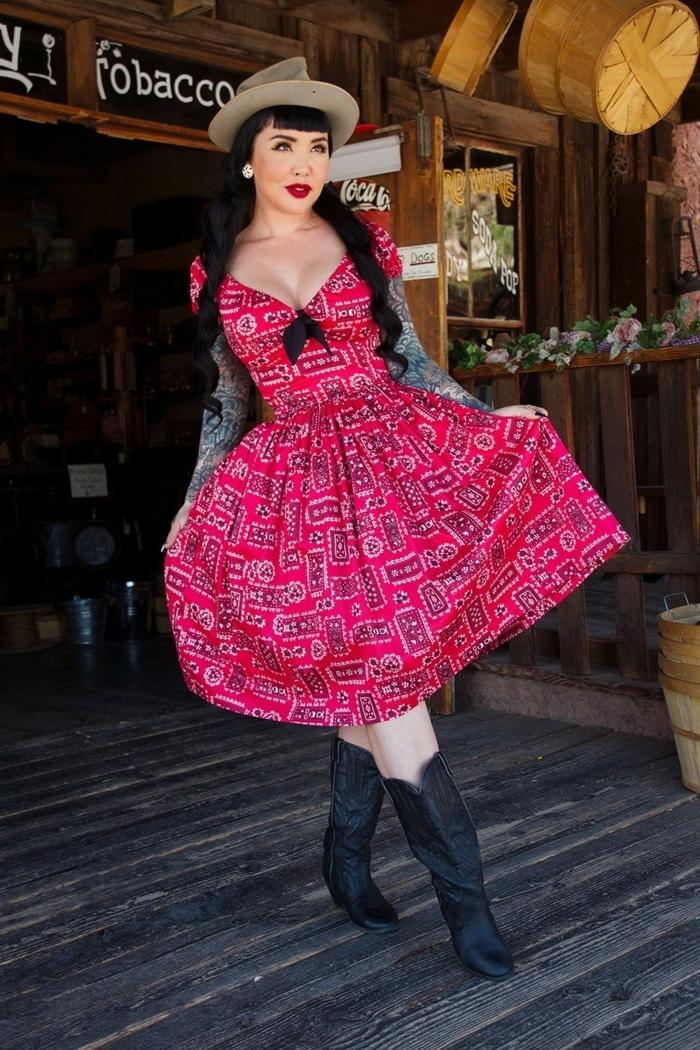 tenue femme vintage, robe guinguette, bottes noires, chapeau feutre, deguisement guinguette