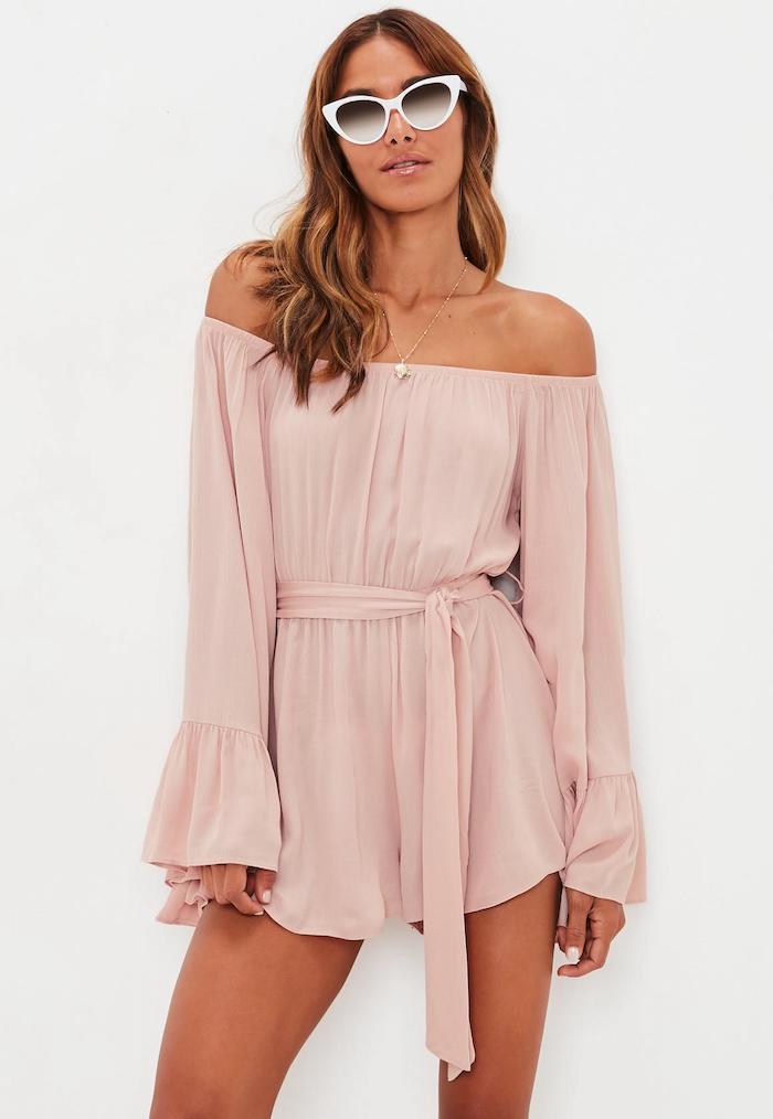 Combinaison pantalon femme chic, originale idée tenue en combishort chic, robe d'ete legere, rose pale combishort épaules dénudées