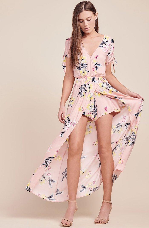 Le combi-short rouge, quelle couleur choisir, tenue été combishort fleuri, combinaison de soirée pour mariage, rose fleurie combishort jupe longue derriere